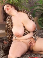 Super busty chubby lady with a nice clean shaved pussy