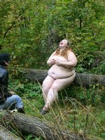 Stunning chubby bitch poses nude in the woods