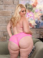 Plump blonde demonstrates her yummy round butt