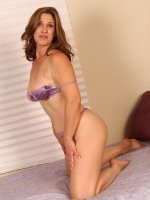 Samll titted brunette milf Shellie puts on sexy posing on her bed