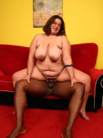 Nerdy brunette plumper Jewelz enjoys a plump black dick stuffed in her mouth and fat pussy