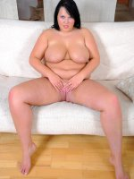 Juicy fat girlie stretches her pink with big dildo