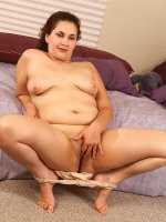 Chubby mom Janelle posing nude gets off masturbating her shaved pussy