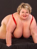 Short haired bbw hottie Sinclair playing with her huge tits and shaved pussy