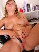 Chubby blonde girlie inserts a dildo into her twat